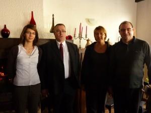 Monsieur et  Madame Dal Sacco, les nouveaux propriétaires de l'hôtel-restaurant, leur fille ainsi que Monsieur René Gaudez, Maire de la commune